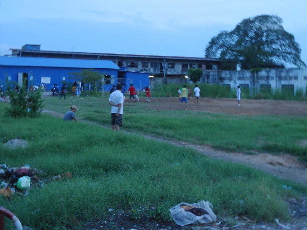 サッカーをやる少年