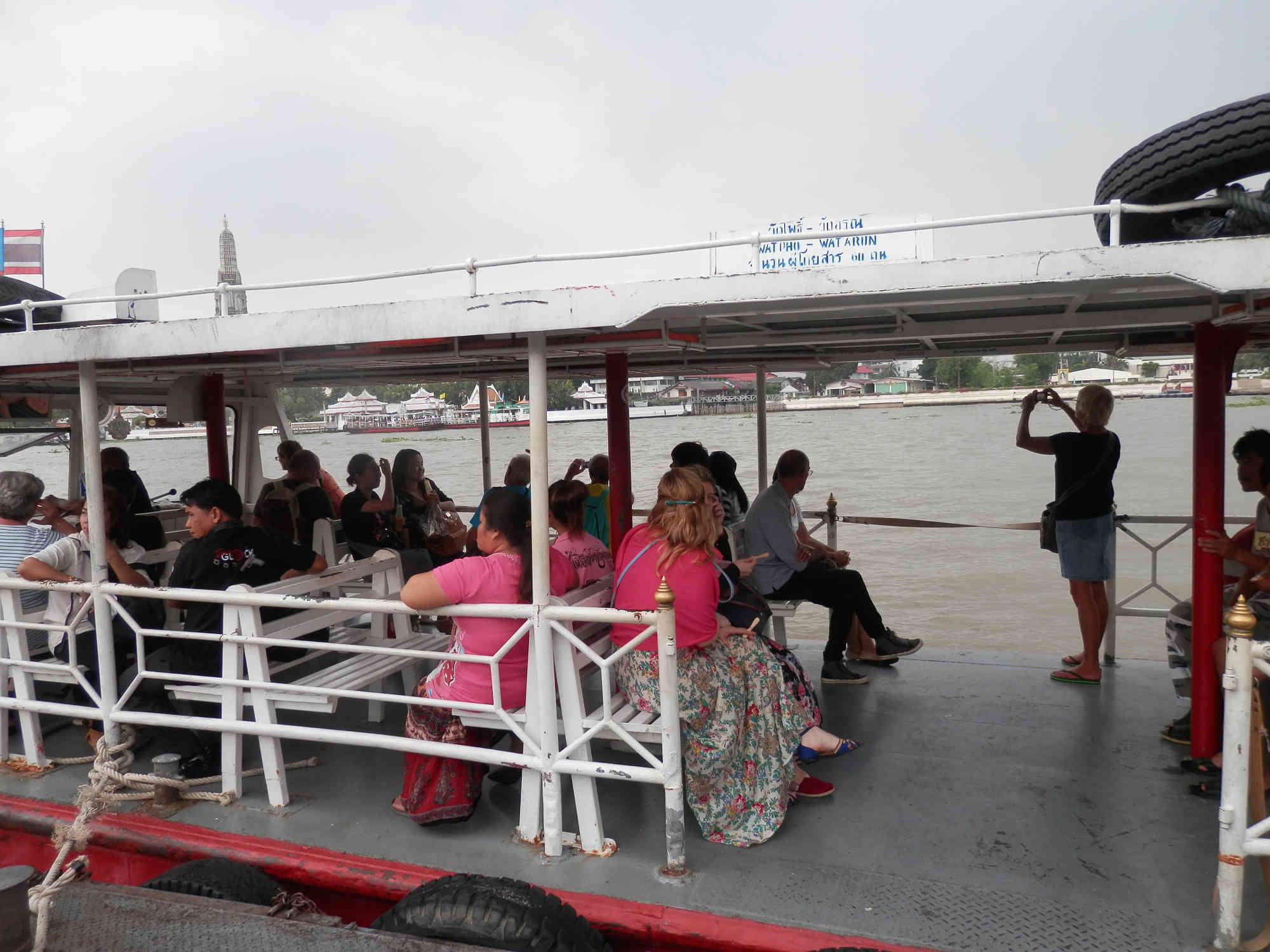 ワット・アルンへのチャオプラヤー川 渡し船