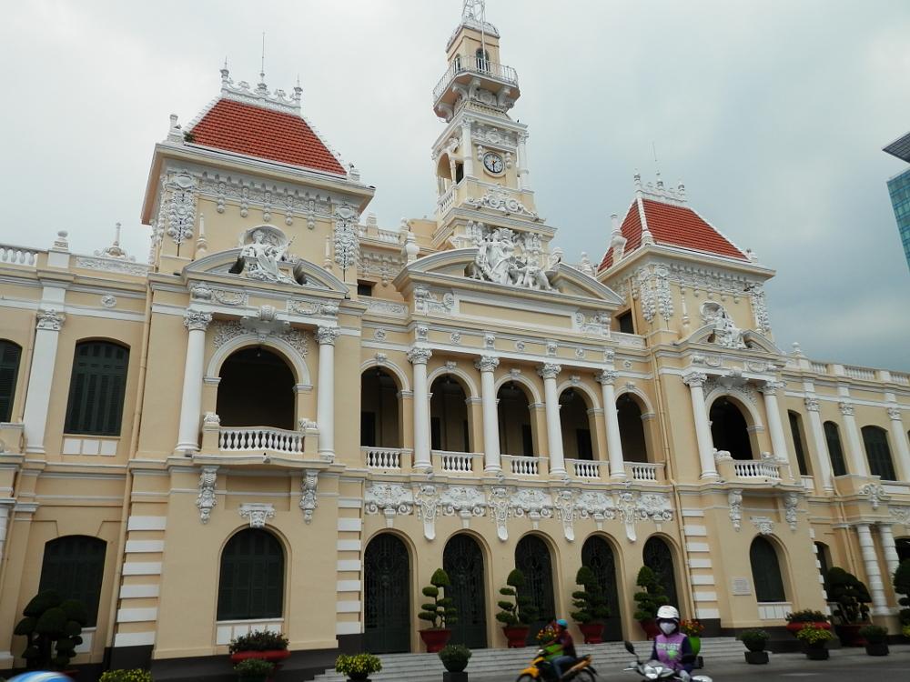 人民委員会庁舎前