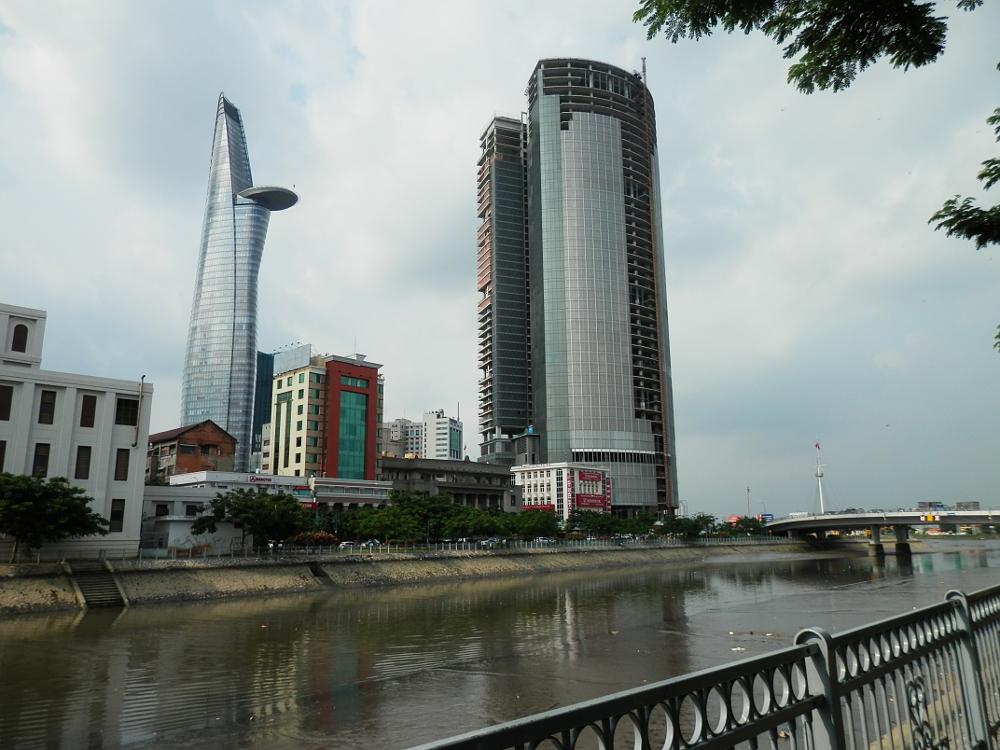 川向うからのビテクスコ フィナンシャルタワーの写真