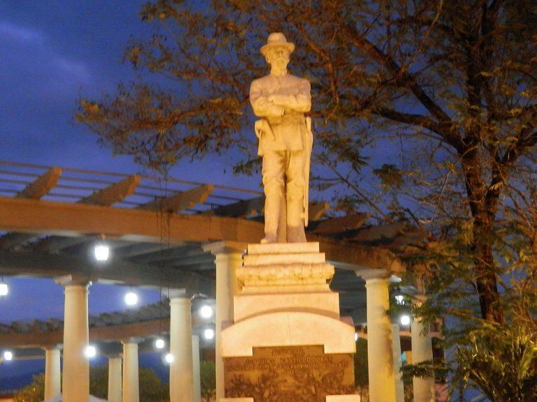 キューバ 夜のマルテ広場02