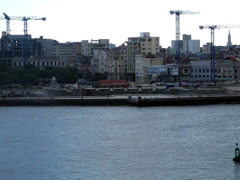 キューバ ハバナのモロ要塞から見たプンタ要塞02