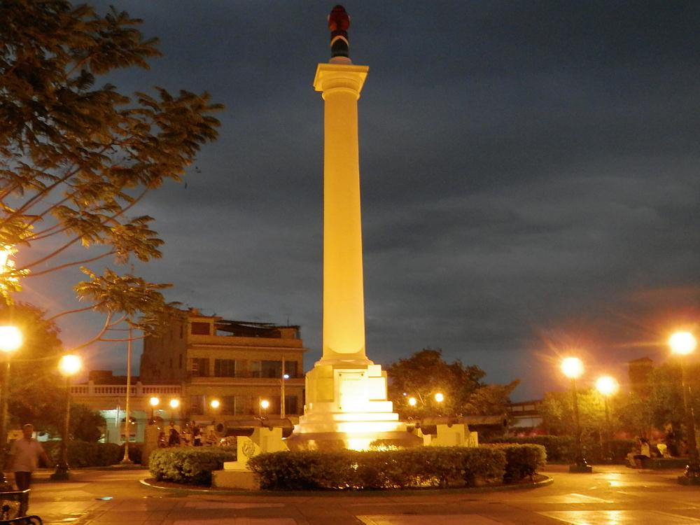キューバ 夜のマルテ広場