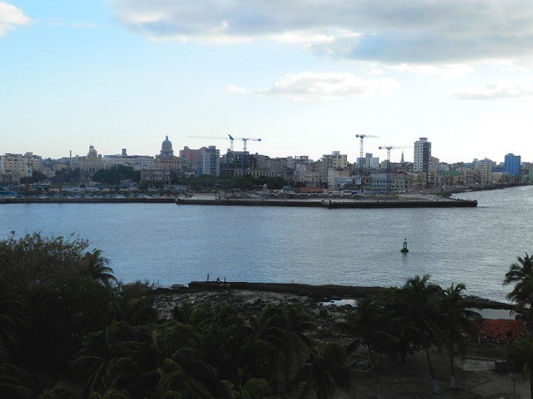 キューバ ハバナのモロ要塞から見たプンタ要塞