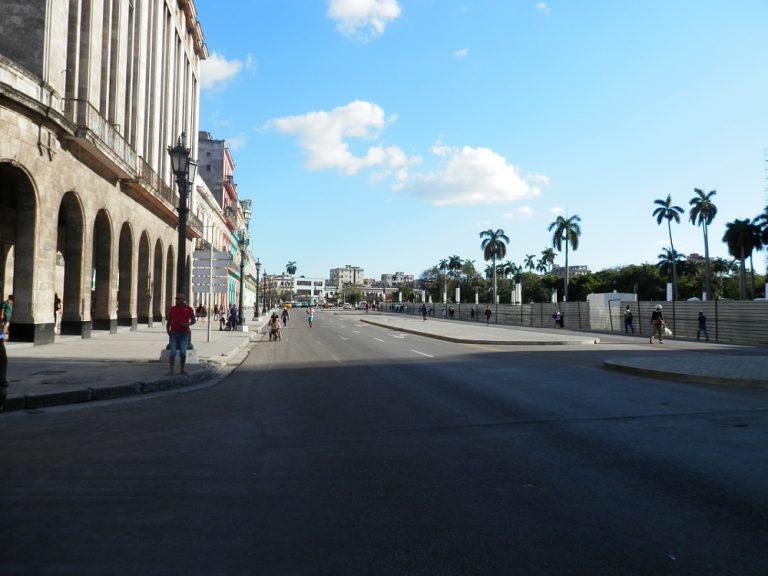 キューバ 旧国会議事堂カピトリオ前の大通り