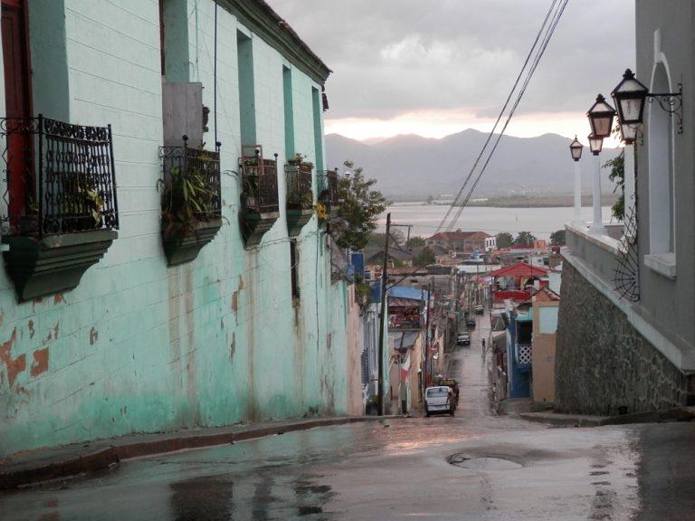 サンティアゴ・デ・クーバ 雨上がりの街並み