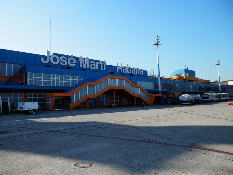 キューバ ハバナ ヌエバヘロナ空港に到着