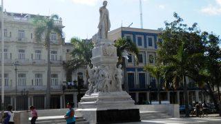 ハバナ旧市街地のセントラル公園 ホセ・マルティ像
