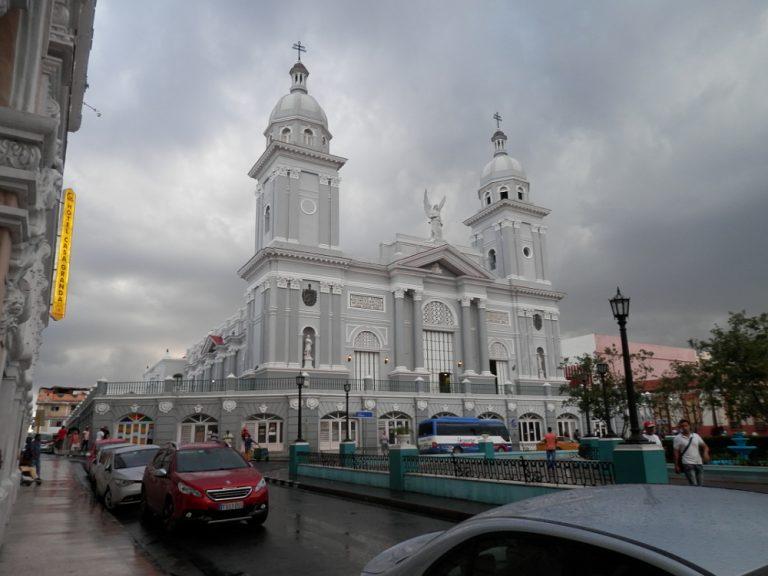 雨上がりのアスンシオン聖堂