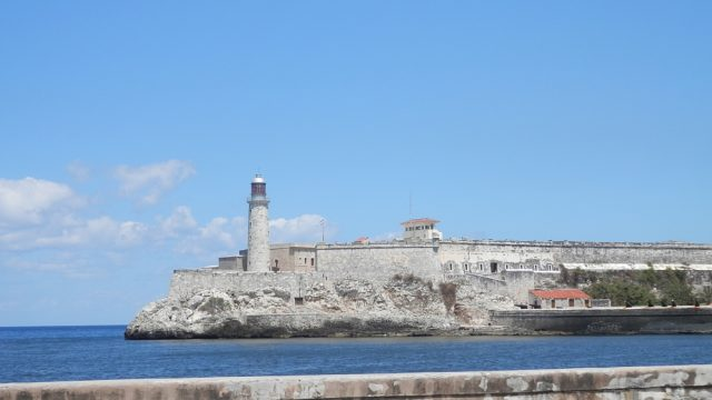 キューバ ハバナのプンタ要塞から見たモロ要塞