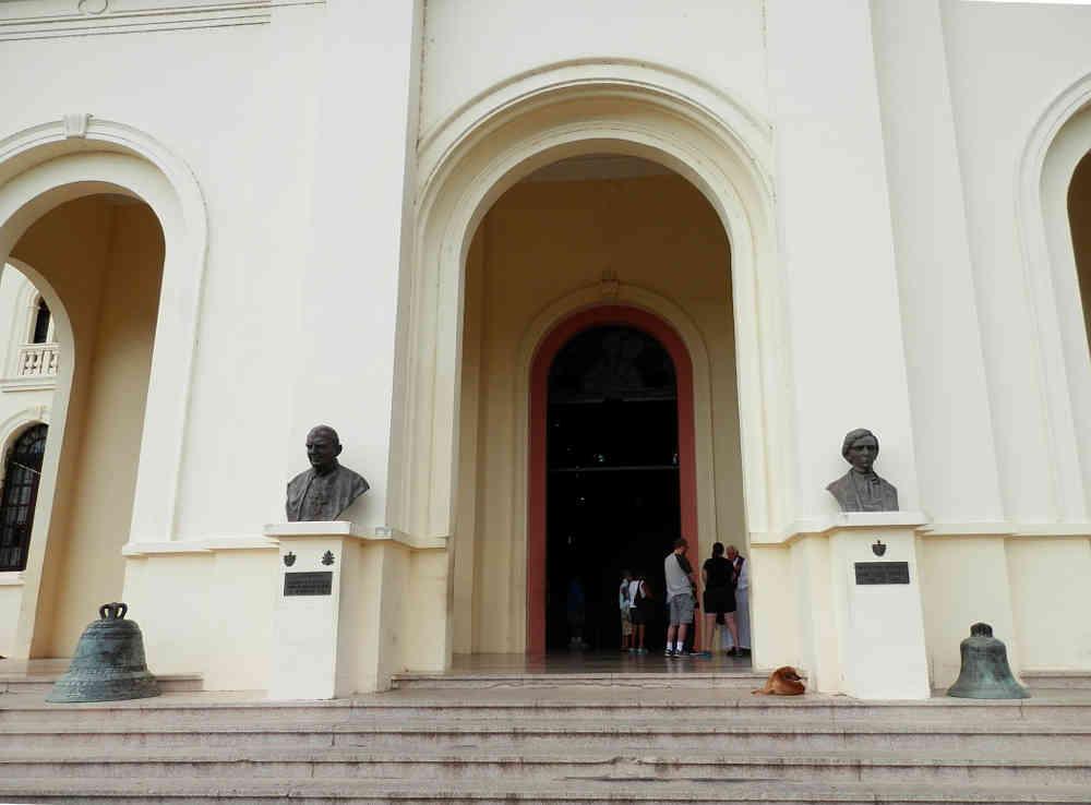 サンティアゴ・デ・クーバ コブレ教会 正面入り口