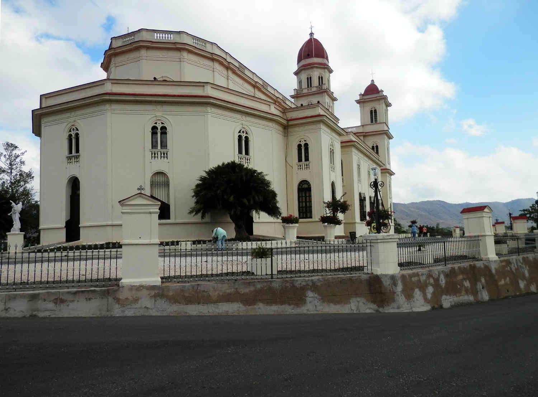 サンティアゴ・デ・クーバ コブレ教会 離れた場所から