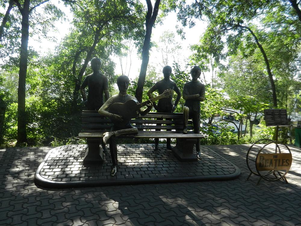 ビートルズの像