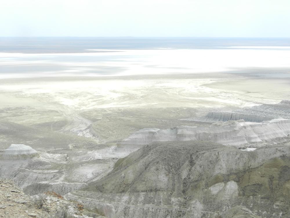 トゥズバイル塩湖の白亜の大地