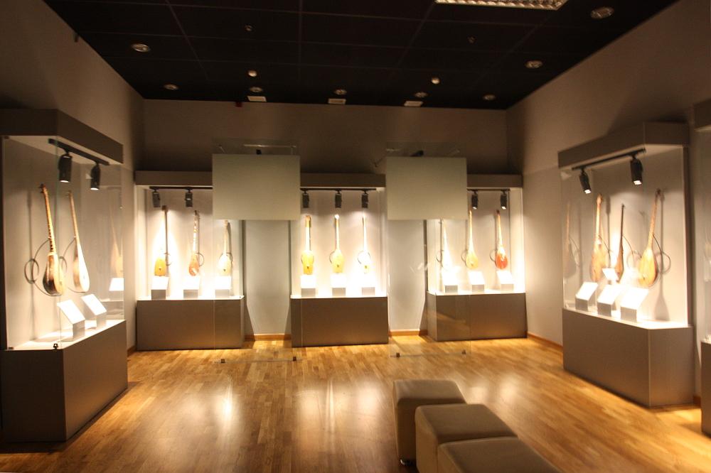 カザフ民族楽器博物館の館内の楽器
