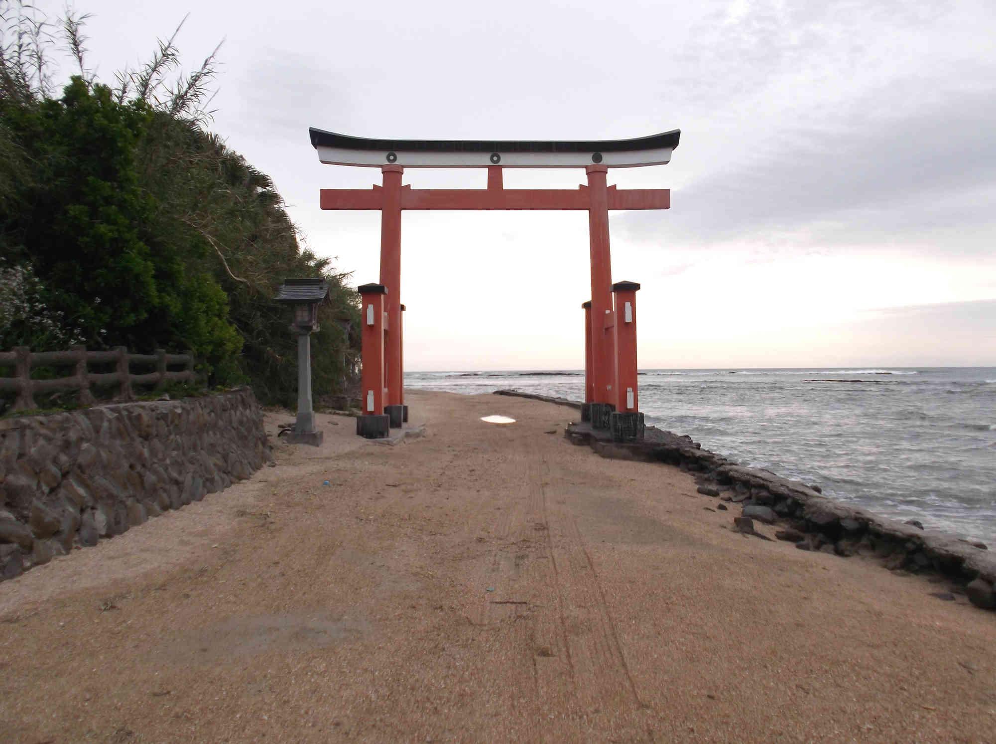 青島神社の朱色の鳥居