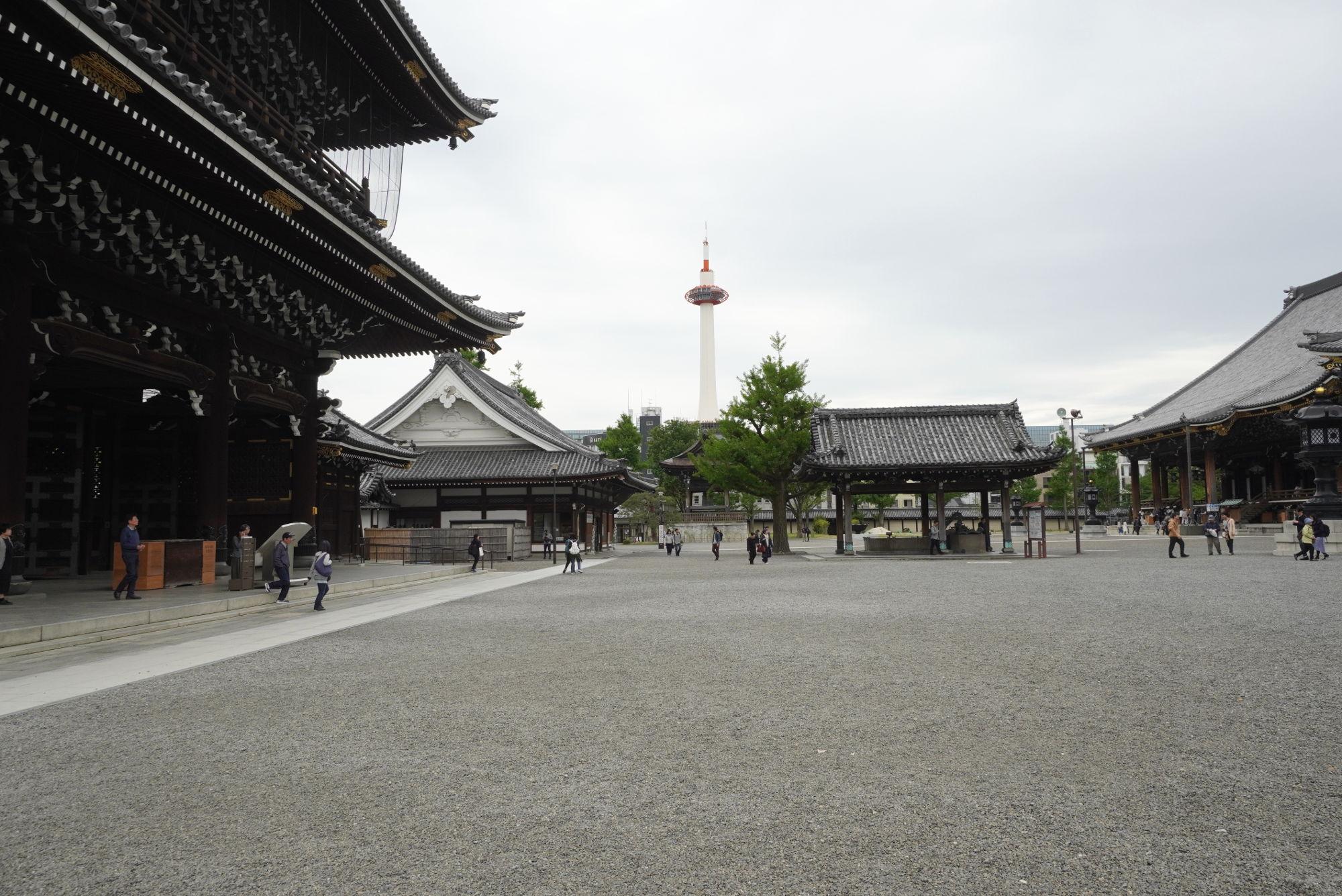 境内から見た京都タワー