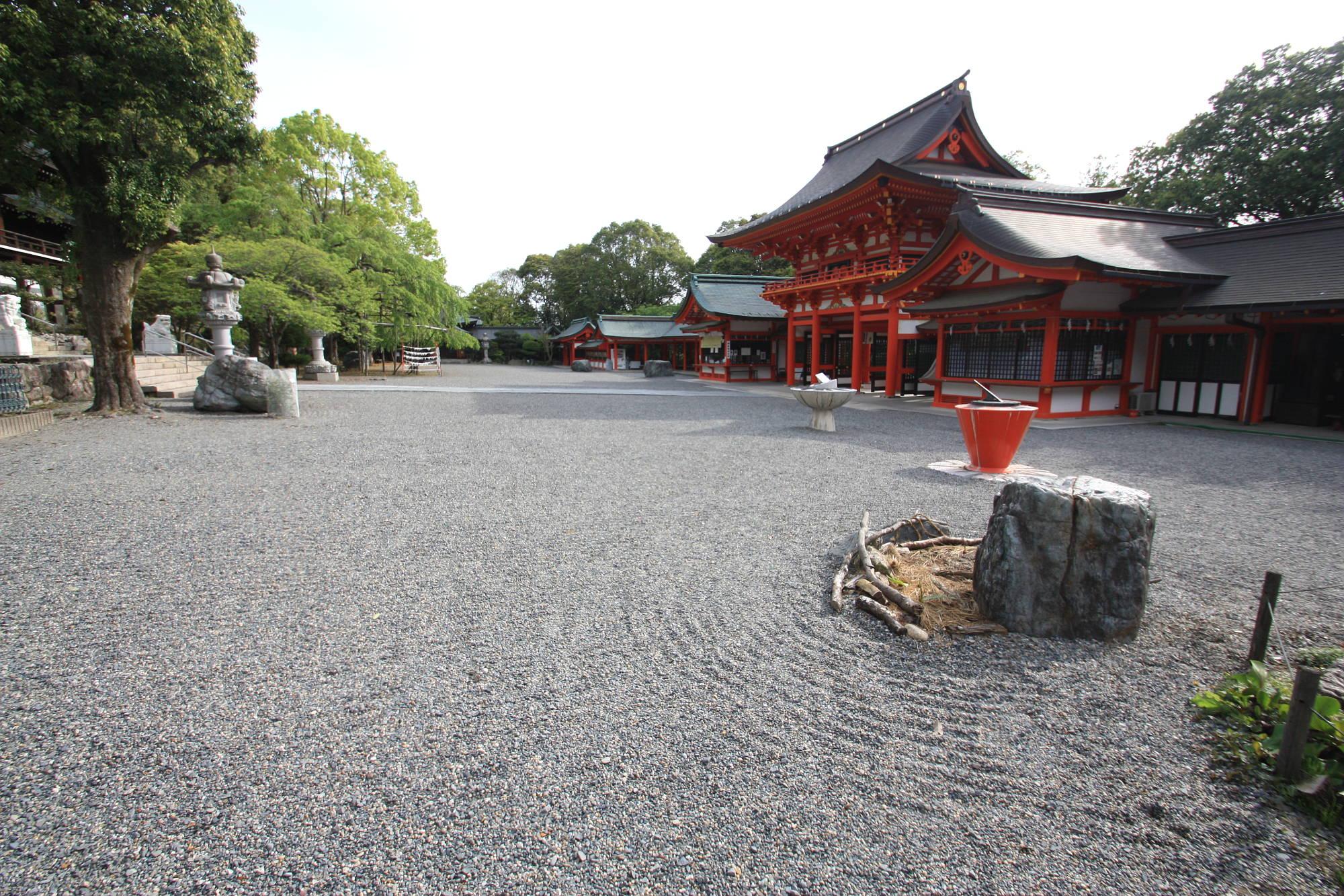近江神宮の境内