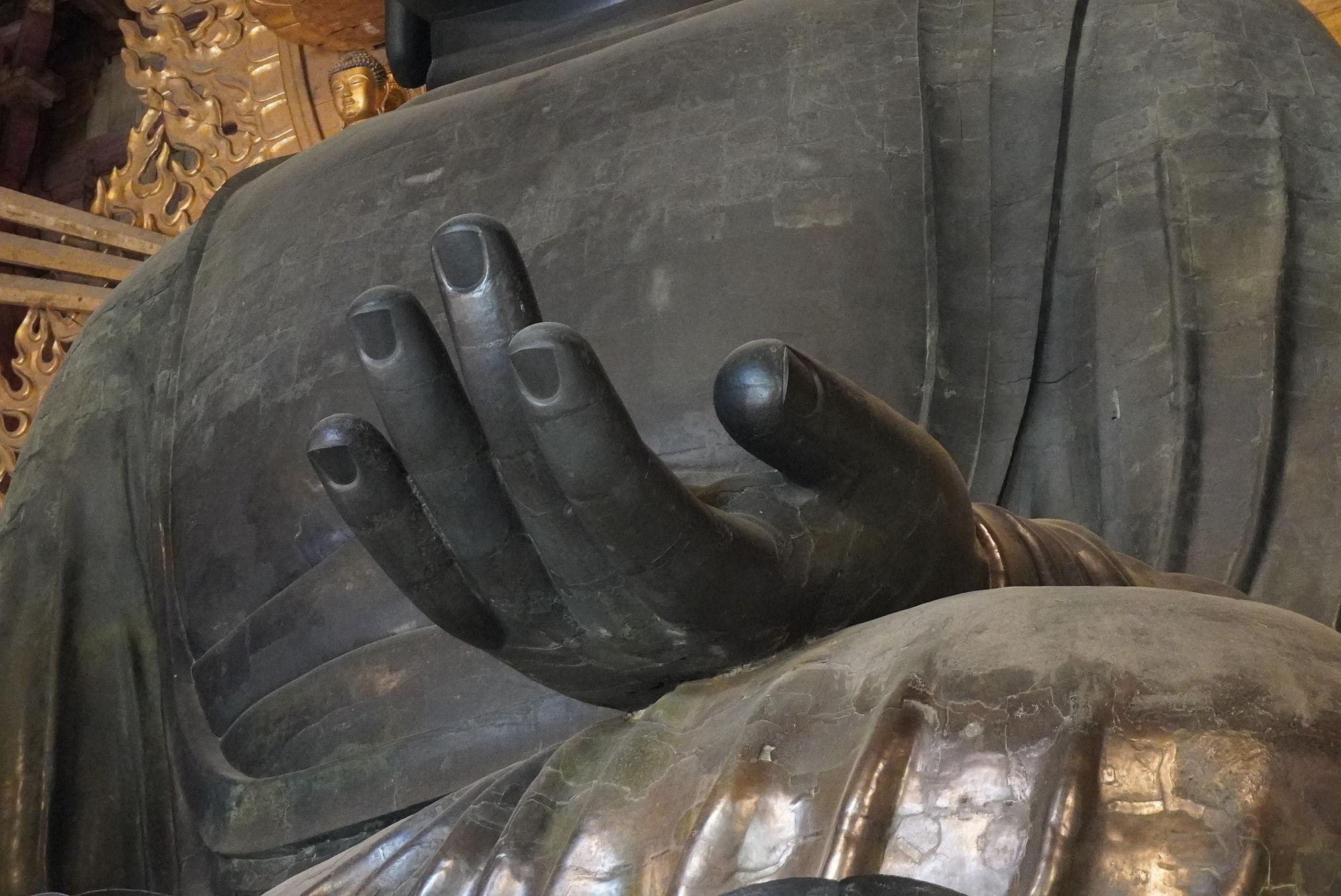 奈良の大仏の左手