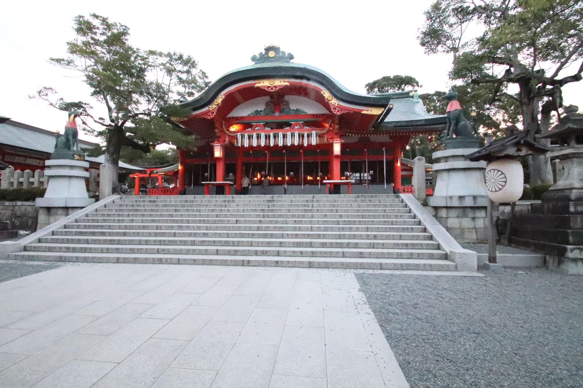 伏見稲荷神社の夜明けの内拝殿