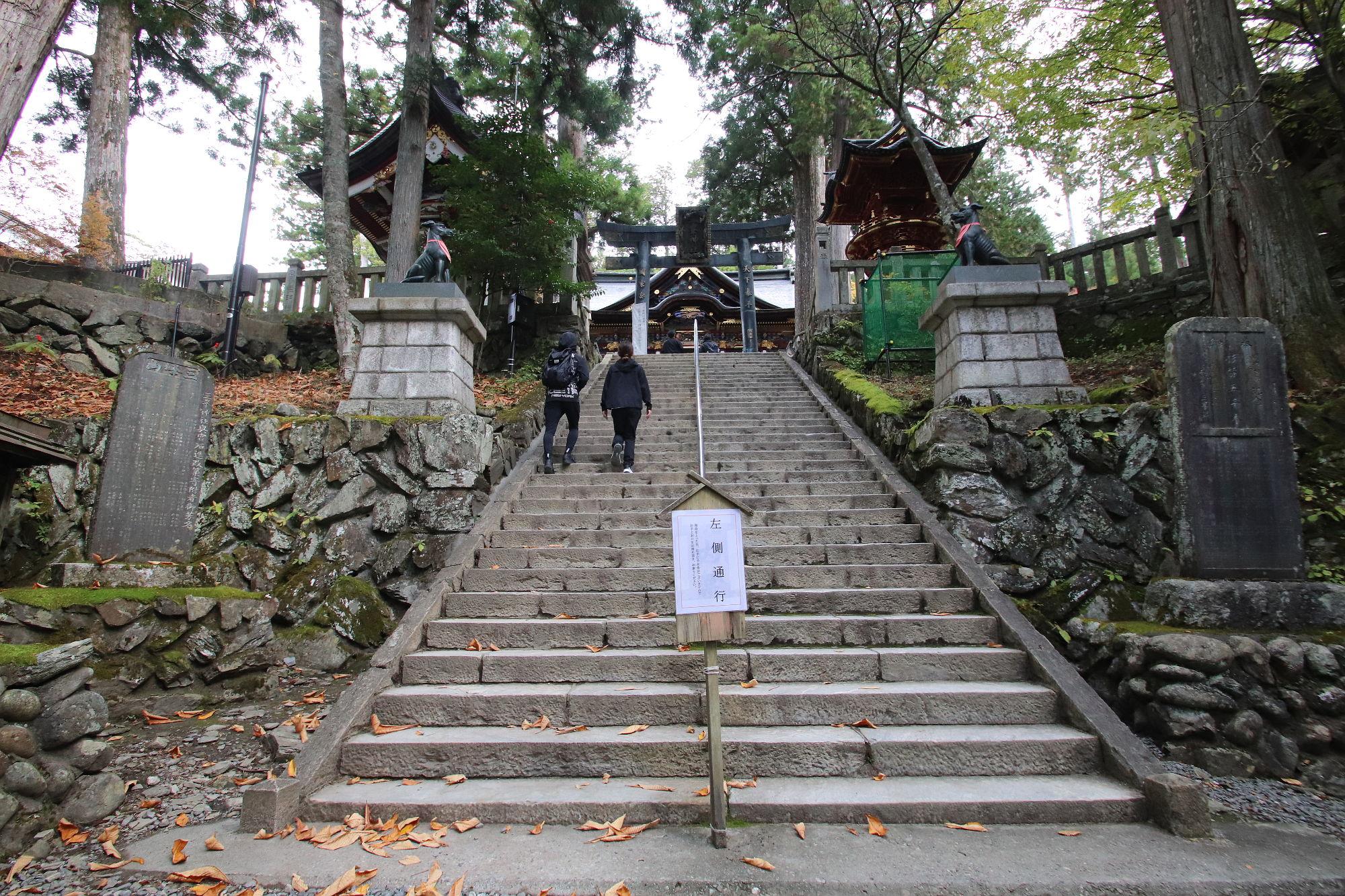 三峰神社 拝殿前の階段