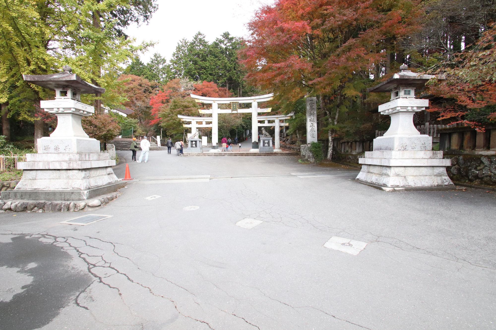三峰神社の三ツ鳥居